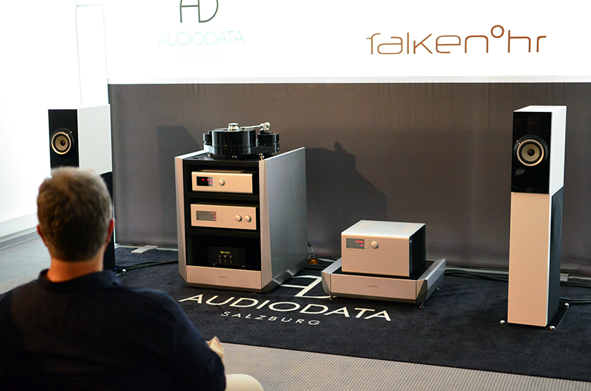 Art One loudspeakers from Audiodata in a passive Version, played by Turntable from Tonart, the amplifier by Soulution Audio presented on audio furniture by falkenohr.