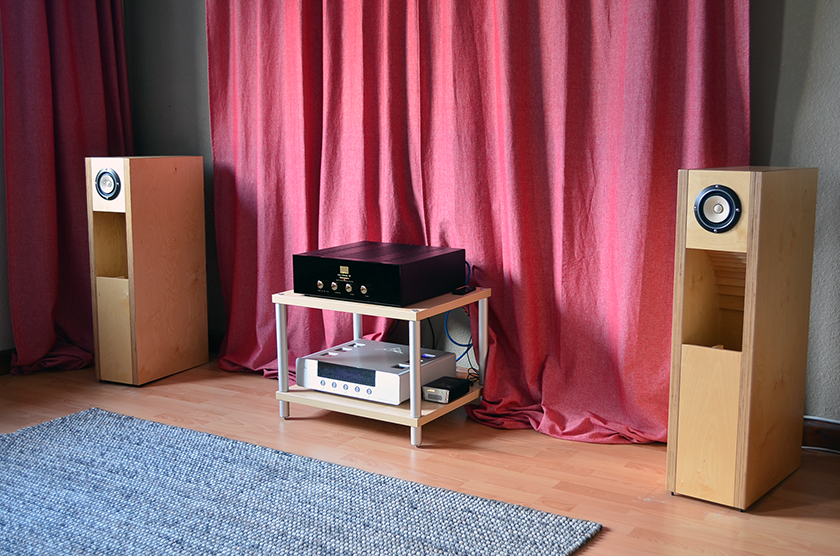 Audio system consisting of Fostex FE108-Sol full-range speakers in BK108 enclosure, Audio Note OTO Phono SE Signature tube amplifier, AMR DP-777 digital processor, SOTM sms-200 network player, iFi iPower supply, Belden 8402 interconnect cables, Belden 9497 speaker cables, Lindy USB 2.0 digital cable, Groneberg Serie 3 power cords, Creaktiv Trend HiFi Rack.