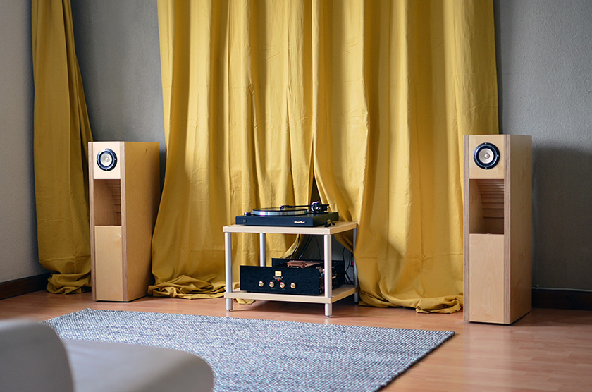 An early iteration of the system based on Audio Note OTO Phono SE Signature, single driver back-loaded horn speakers with Fostex FE108-Sol drivers. As source serves a Dual CS 750 belt-driven microprocessor controlled turntable from the early 90-ties.